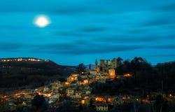 Moonset bak kullen av Chatillon d'Azergues, Beaujolais, Frankrike Royaltyfri Bild