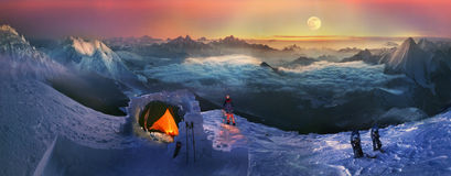 Moonset i de höga bergen Royaltyfria Bilder