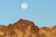 Moonset i den Death Valley nationalparken Arkivfoto