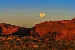 Moonset i monumentdalen Arkivbilder