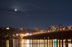 Moonset in Kiev over rivier Dnieper in lichten stock foto's