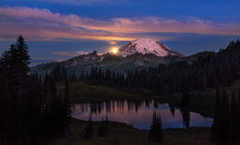 Moonset an Mt regnerischer lizenzfreies stockbild