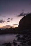 Moonset och solnedgången på Crescent Bay sätter på land i Laguna Beach Royaltyfria Bilder