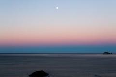 Moonset over Vreedzame Oceaan Royalty-vrije Stock Fotografie