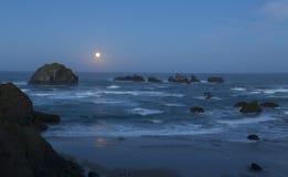 Moonset på soluppgången Arkivbild