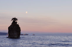 Moonset with siwash rock, stanley park Royalty Free Stock Images