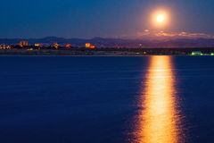 Moonset sobre Cherry Creek State Park In Colorado Foto de archivo