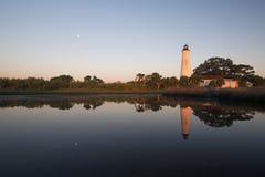 Moonset am St.-Kennzeichen-Leuchtturm lizenzfreie stockfotos