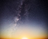 Moonset & Vintergatan Royaltyfri Bild