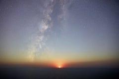 Moonset & Vintergatan Royaltyfri Fotografi