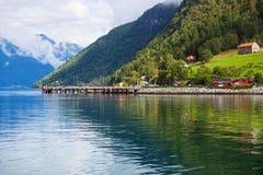 Moorage auf Fjordufer Stockfotografie