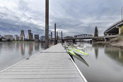Moorage in im Stadtzentrum gelegener Ufergegend Portlands Lizenzfreie Stockfotos