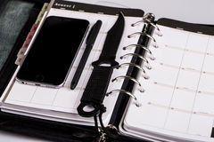 Moord planningsconcept - kalender, cellphone en mes royalty-vrije stock foto
