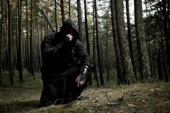 Moordenaar in het diepe bos stock foto's