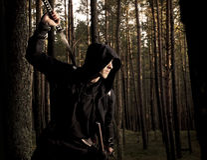 Moordenaar in het diepe bos stock afbeeldingen