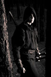 Moordenaar in het diepe bos stock afbeelding