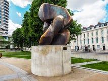 Moore-Skulptur betitelte die Blockierung des Stückes in London (hdr) Lizenzfreies Stockfoto
