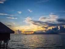 Moorea海岛日落视图从洲际的手段和温泉旅馆的在帕皮提,塔希提岛,法属玻里尼西亚 免版税库存图片