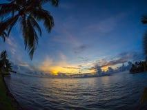 Moorea海岛日落视图从洲际的手段和温泉旅馆的在帕皮提,塔希提岛,法属玻里尼西亚 库存图片