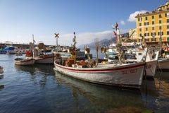 Moored渔船在卡莫利,意大利 免版税库存图片