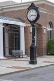 MOORESVILLE, NC 19-ое мая 2018: Часы городка на главной улице стоковое фото rf