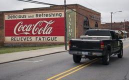 MOORESVILLE, NC 19 maggio 2018: Camion di Coca Cola Mural Livery Building fotografia stock libera da diritti