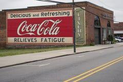 MOORESVILLE, NC 19. Mai 2018: Coca Cola Mural Livery Building Stockfotos