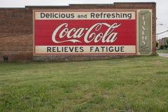 MOORESVILLE, NC 19. Mai 2018: Coca Cola Mural Livery Building Lizenzfreie Stockfotos