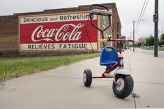 MOORESVILLE, NC 19. Mai 2018: Coca Cola Mural Livery Building-Radio-Flieger Stoller Lizenzfreie Stockbilder