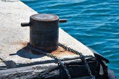 Mooring Bollard with chain on pier Royalty Free Stock Photos