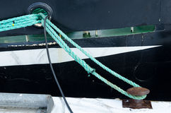 A mooring rope from the boat to land Royalty Free Stock Photos