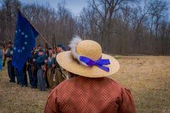 MOORPARK,美国- 2018年4月, 18日:关闭戴有一条紫色丝带的妇女一个帽子有被弄脏的背景  免版税库存图片