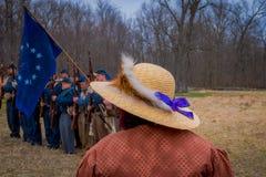 MOORPARK,美国- 2018年4月, 18日:关闭戴有一条紫色丝带的妇女一个帽子有被弄脏的背景  免版税库存照片