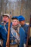 MOORPARK, США - 18-ОЕ АПРЕЛЯ 2018: Группа в составе войска нося голубую форму представляя Reenactment гражданской войны внутри Стоковые Изображения