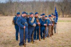 MOORPARK, США - 18-ОЕ АПРЕЛЯ 2018: Закройте вверх группы людей нося голубую форму и представляя гражданскую войну Стоковые Изображения
