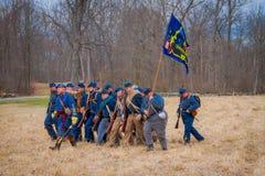 MOORPARK, США - 18-ОЕ АПРЕЛЯ 2018: Неопознанные люди нося голубую форму, держа флаг и представляя гражданскую войну Стоковые Изображения RF