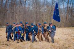 MOORPARK, США - 18-ОЕ АПРЕЛЯ 2018: Неопознанные люди нося голубую форму, держа флаг и представляя гражданскую войну Стоковое Изображение