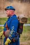 MOORPARK, США - 18-ОЕ АПРЕЛЯ 2018: Неопознанный человек нося голубую форму, рюкзак и держа шпагу, представлять Стоковые Изображения RF