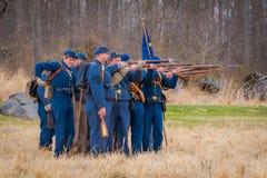 MOORPARK, США - 18-ОЕ АПРЕЛЯ 2018: Носить группы людей равномерный и представлять воинский reenactment войны внутри Стоковая Фотография