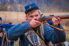 MOORPARK, США - 18-ОЕ АПРЕЛЯ 2018: Портрет красивого мальчика держа оружие в его вручает готовое для того чтобы снять представлят Стоковое Изображение