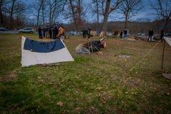 MOORPARK, CA, США 18-ОЕ АПРЕЛЯ 2018: Внешний взгляд конструкции campament с некоторыми солдатами позади, во время гражданской вой Стоковое фото RF
