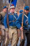 MOORPARK, CA, США 18-ОЕ АПРЕЛЯ 2018: Люди, нося голубая форма во время представления Reenactment гражданской войны внутри Стоковое Изображение RF