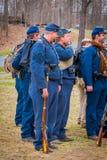 MOORPARK, CA, США 18-ОЕ АПРЕЛЯ 2018: Люди нося голубую военную форму во время Reenactment представления гражданской войны внутри Стоковое Изображение RF