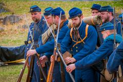 MOORPARK, CA, США 18-ОЕ АПРЕЛЯ 2018: Неопознанные люди, нося голубой равномерный Reenactment гражданской войны durin в Moorpark,  Стоковая Фотография