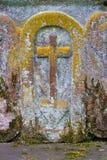 Moos umfaßte Kreuz Stockbild