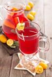 Moosbeere und orange Feiertagsdurchschlag mit Salbei Lizenzfreies Stockfoto