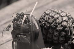 Moosbeerfrischer Saft mit Ananas Stockfoto