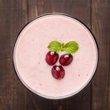Moosbeerfrucht Smoothie auf hölzernem Hintergrund, gesunde Ernährung Lizenzfreies Stockbild