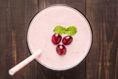 Moosbeerfrucht Smoothie auf hölzernem Hintergrund, gesunde Ernährung Stockbilder