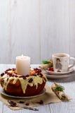 Moosbeermuffin auf einer Platte auf der gedienten Tabelle Stockfotos